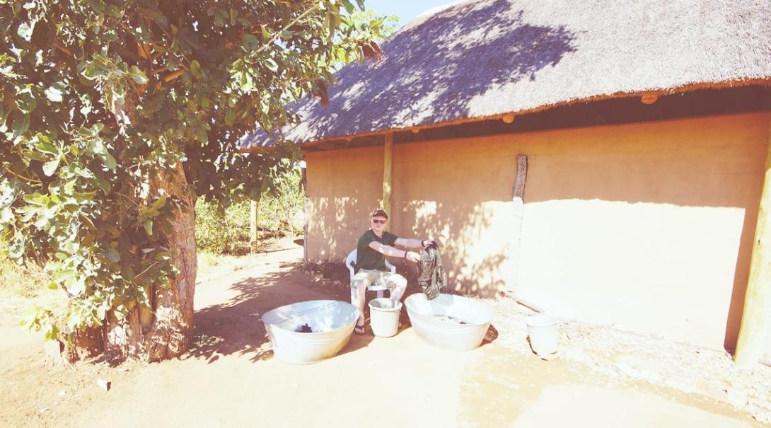 ケニアで活動中のボランティアが屋外で洗濯に励む